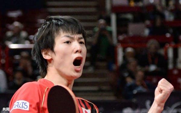 世界卓球の男子シングルス2回戦で北京五輪金メダリストの馬琳(中国)を破り、ガッツポーズの松平健太(16日、パリ)=共同