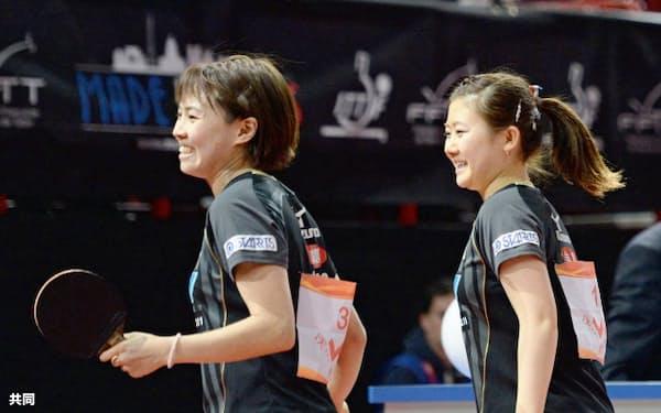 女子ダブルスで8強入りを決め、喜ぶ福原(右)、平野組(17日、パリ)=共同