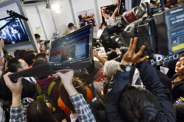 小型カメラが付いたノートパソコンを担いで、報道各社と肩を並べて取材をする。政治番組はネット動画の人気コンテンツの一つで、ニコニコ超会議2の政党ブースも黒山の人だかりだった
