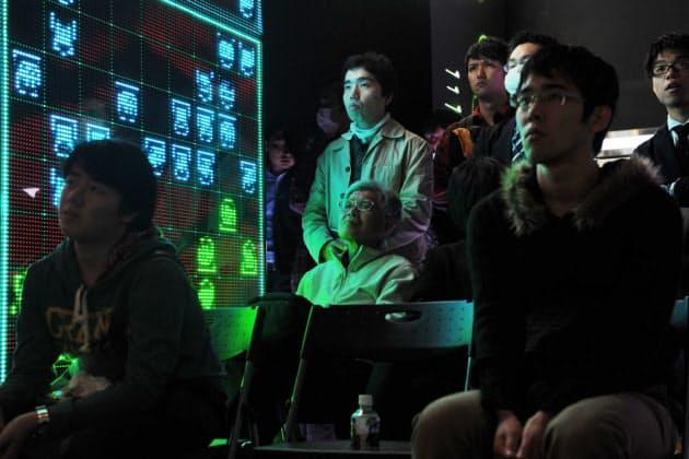 コンピューター将棋ソフトとプロ棋士が戦う「電王戦」の解説イベントに訪れた将棋ファン。若者に交じって観戦した60代の男性は「インターネットで知って初めて来た。いい勝負になれば」と楽しむ(東京・六本木のニコファーレ)