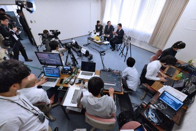 公明党を特集するニコニコ生放送の番組を党本部内に作った特設スタジオで撮影するドワンゴのクルー。この他、自民党と共産党も過去に党の特集番組を配信している(東京都新宿区の公明党本部)