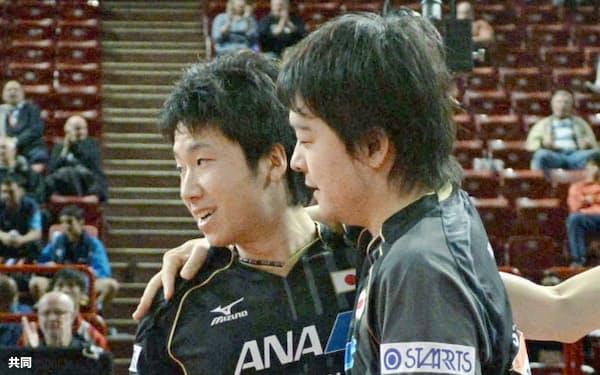 世界卓球男子ダブルス準々決勝で台湾ペアを破り、メダル確定を喜ぶ岸川(右)、水谷組(17日、パリ)=共同