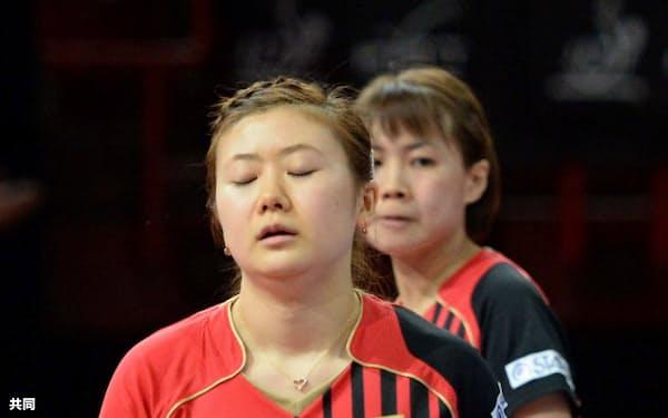 女子ダブルス準々決勝でシンガポールのペアに敗れ、肩を落とす福原(手前)、平野組(17日、パリ)=共同