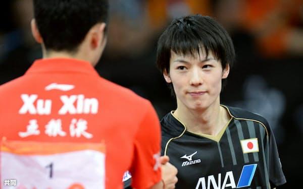 世界卓球男子シングルス準々決勝で敗れ、メダルを逃した松平健太=右(19日、パリ)=共同