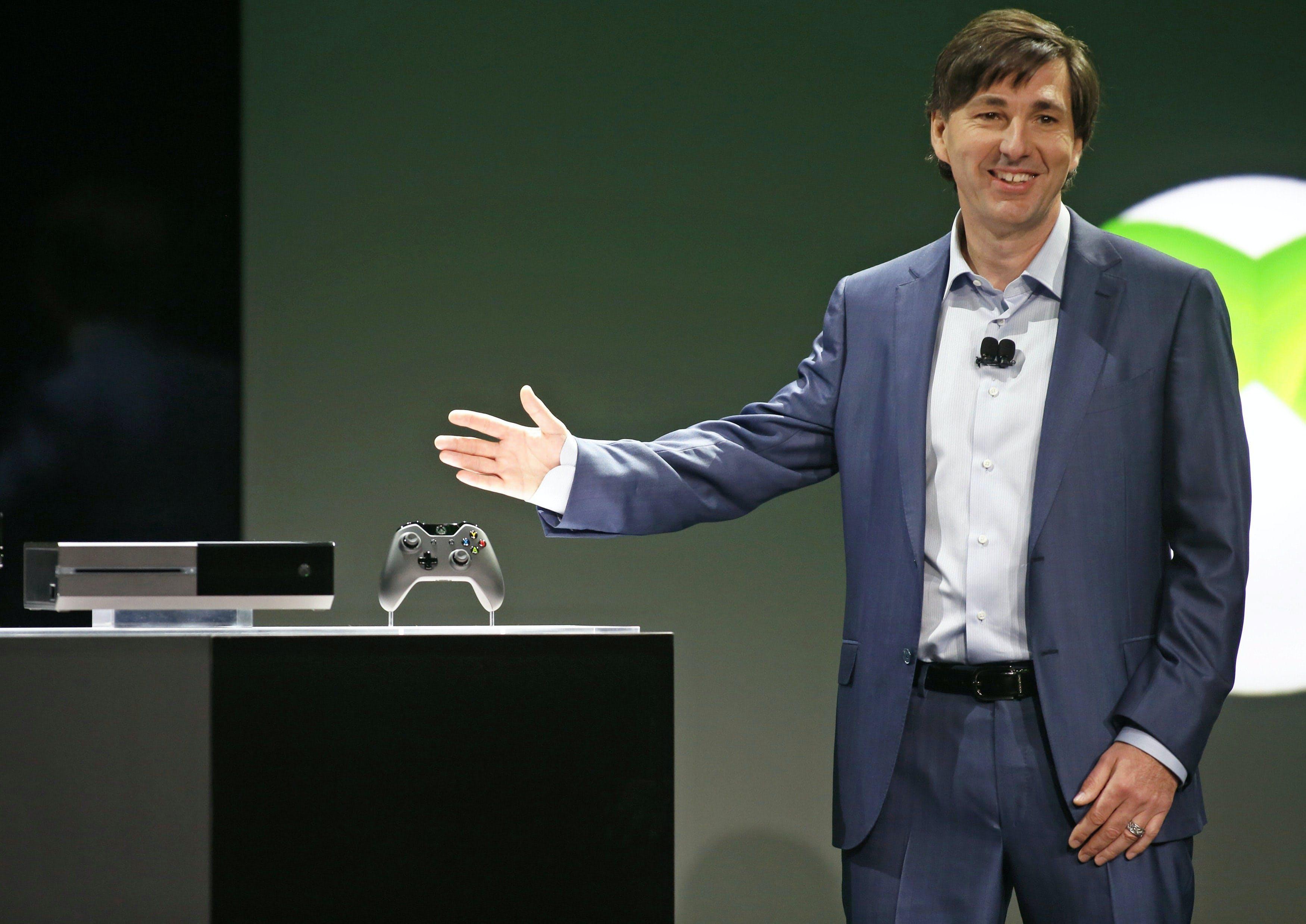 21日、新型家庭用ゲーム機「XboxOne」を発表するマトリック氏(米ワシントン州レドモンド)=共同