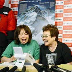 エベレスト登頂を果たした三浦雄一郎さんと話す(左から)長女恵美里さん、妻朋子さん(23日、東京都渋谷区のミウラ・ドルフィンズ事務所)=共同