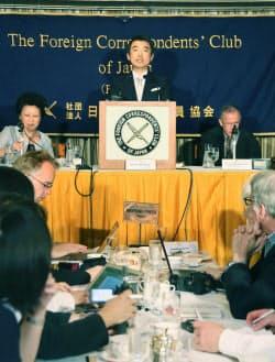 日本外国特派員協会で記者会見する日本維新の会の橋下共同代表(27日、東京・有楽町)