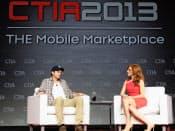 北米最大の携帯見本市「CTIA」の基調講演に登場した米俳優アシュトン・カッチャー氏(左)は、投資先の見極め術などについて熱弁をふるった。(米ラスベガス市、23日)