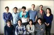 コイニーに転職した西條晋一氏(前列右)、同社の佐俣奈緒子社長(同右から2人目)と平均年齢28歳の社員