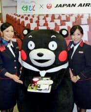 日航の機内食「AIRくまモン」をアピールする熊本県の人気キャラクター「くまモン」(30日、東京都大田区)=共同