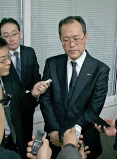 決算会見で通信障害に関して説明するKDDIの田中孝司社長(4月30日、都内で)