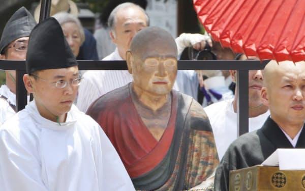 没後1250年を記念した開眼法要が行われる講堂へ運ばれる鑑真和上坐像の模像(5日、奈良市)