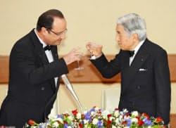 宮中晩さん会で乾杯される天皇陛下とオランド仏大統領(7日、皇居・宮殿「豊明殿」)=代表撮影