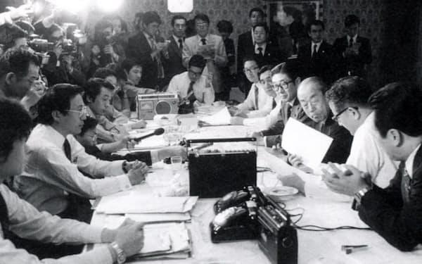 成田空港の開港で福田首相(右から3人目)と打ち合わせる安倍官房長官(右から4人目)