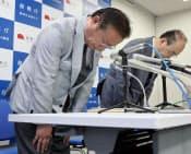幹部職員のツイッターでの暴言について謝罪する復興庁の谷副大臣(手前)=13日午後、東京都港区