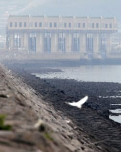 開門調査の開始期限まで半年となった潮受け堤防排水門(長崎県諫早市)