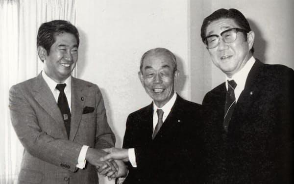 福田派会長代行に就任(右)。石原慎太郎代表(左)の石原派と合流するなど勢力を拡大した。中央は福田元首相。