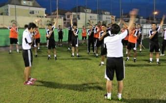 世界各国から集まったサッカー審判に効率の良い走り方を指導した(5月、リオデジャネイロ)