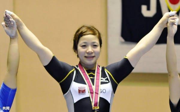 女子53キロ級に出場し、優勝した三宅宏実(21日、秋田県立体育館)=共同
