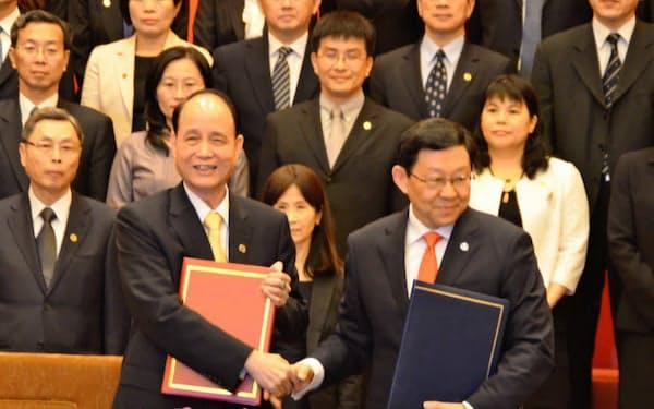 サービス貿易協定に署名した中国と台湾の交流窓口機関のトップ(21日、上海市)