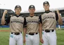 オールスターファン投票の外野手部門で選出され、増井投手(左)、中田外野手(中央)とポーズをとる日本ハムの大谷翔平選手(24日)=共同