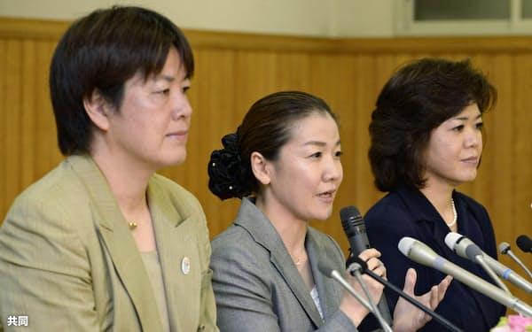 全日本柔道連盟の理事に起用され、記者会見する(左から)田辺陽子氏、谷亮子氏、北田典子氏(25日午後、東京都文京区の講道館)=共同