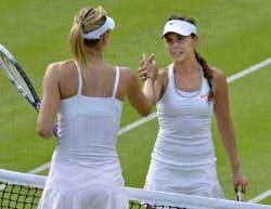 女子シングルス2回戦で、マリア・シャラポワ(左)を破り、握手を交わすミシェル・デブリト(26日、ウィンブルドン)=共同