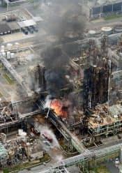 図1 爆発事故を起こした兵庫県姫路市の日本触媒姫路製造所。精製塔と回収塔の間にある中間タンクが爆発した