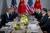 米中首脳会談に出席したオバマ米大統領(左端)と中国の習近平国家主席(右から2人目)。会談では温室効果ガスの一種である代替フロンの削減協力に合意した=8日、米カリフォルニア州(AP=共同)
