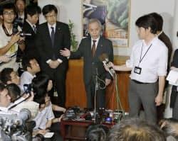 泉田裕彦新潟県知事との会談が物別れに終わり、記者の質問に答える東京電力の広瀬直己社長(5日、新潟県庁)=共同