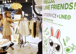 売り場に掲示されたLINEのアカウントを告知するポスター(東京都渋谷区のリップサービス渋谷109店)