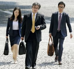特別抗告審で最高裁に入る東京の非嫡出子側の弁護団(10日午前)=共同