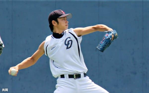 1軍投手らの練習に合流し、キャッチボールする中日・浅尾(11日、ナゴヤ球場)=共同