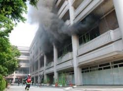 男が火をつけた宝塚市役所で消火活動にあたる消防隊員(12日、兵庫県宝塚市)=宝塚市提供