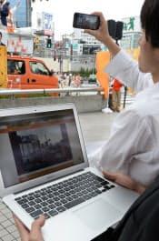 候補者の街頭演説をネット中継する選挙事務所のスタッフ(東京都内)