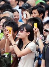 街頭演説をスマホで撮影する有権者(4日、東京都豊島区)