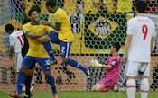 15日の開幕戦で、ブラジルに2点目のゴールを決められ肩を落とす日本代表