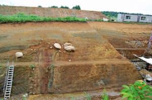 下部の地層中の破砕帯が上層の地層をたわませている(東北電力東通原発敷地内のトレンチ)