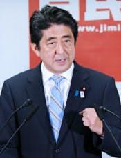 記者会見する安倍首相(22日午後、自民党本部)