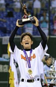 橋戸賞を受賞し喜ぶJX-ENEOS・大城(23日、東京ドーム)=共同