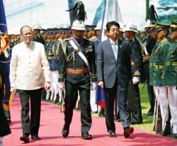 マラカニアン宮殿での歓迎式典に臨むフィリピンのアキノ大統領(左)と安倍首相(27日、マニラ)=共同