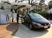 提供元=本社/国名=日本/企業団体名=ホンダ/撮影日=2012年03月27日/最新履歴=2012年03月28日・本紙朝刊/掲載回数=1回/キャプション=ホンダは27日、外部に電力を供給できる燃料電池車を開発したと発表した。一般家庭の6日分の電力を賄えるという。埼玉県に納入するとともに、同県庁内に燃料の水素を供給する「水素ステーション」を設置した=写真。