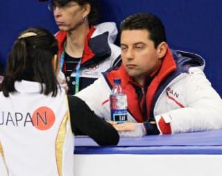 バンクーバー五輪のフィギュア女子フリー前日の公式練習で調整する安藤美姫を指導するモロゾフ・コーチ(10年2月)