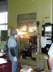 産業技術総合研究所と宮本工業は、サーボプレスを使って200度以下でマグネシウム合金を鍛造する技術を開発