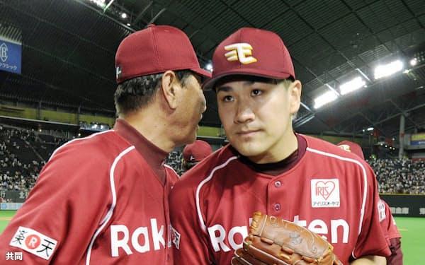 プロ野球記録に並ぶ開幕15連勝を飾り、星野監督(左)に迎えられる楽天・田中(2日、札幌ドーム)=共同