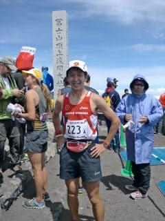 山頂まで標高差3000メートルを駆け上がった。ゼッケン番号は「223=富士山」