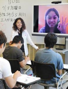 フィリピンとスカイプでつなぎ、オンライン英会話の授業を大学生に提供するワクワーク・イングリッシュの山田貴子さん(東京都小平市の嘉悦大学)