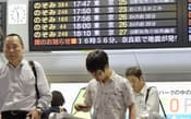緊急地震速報の影響で新幹線の遅れを示す、JR新大阪駅の掲示板(8日)=共同
