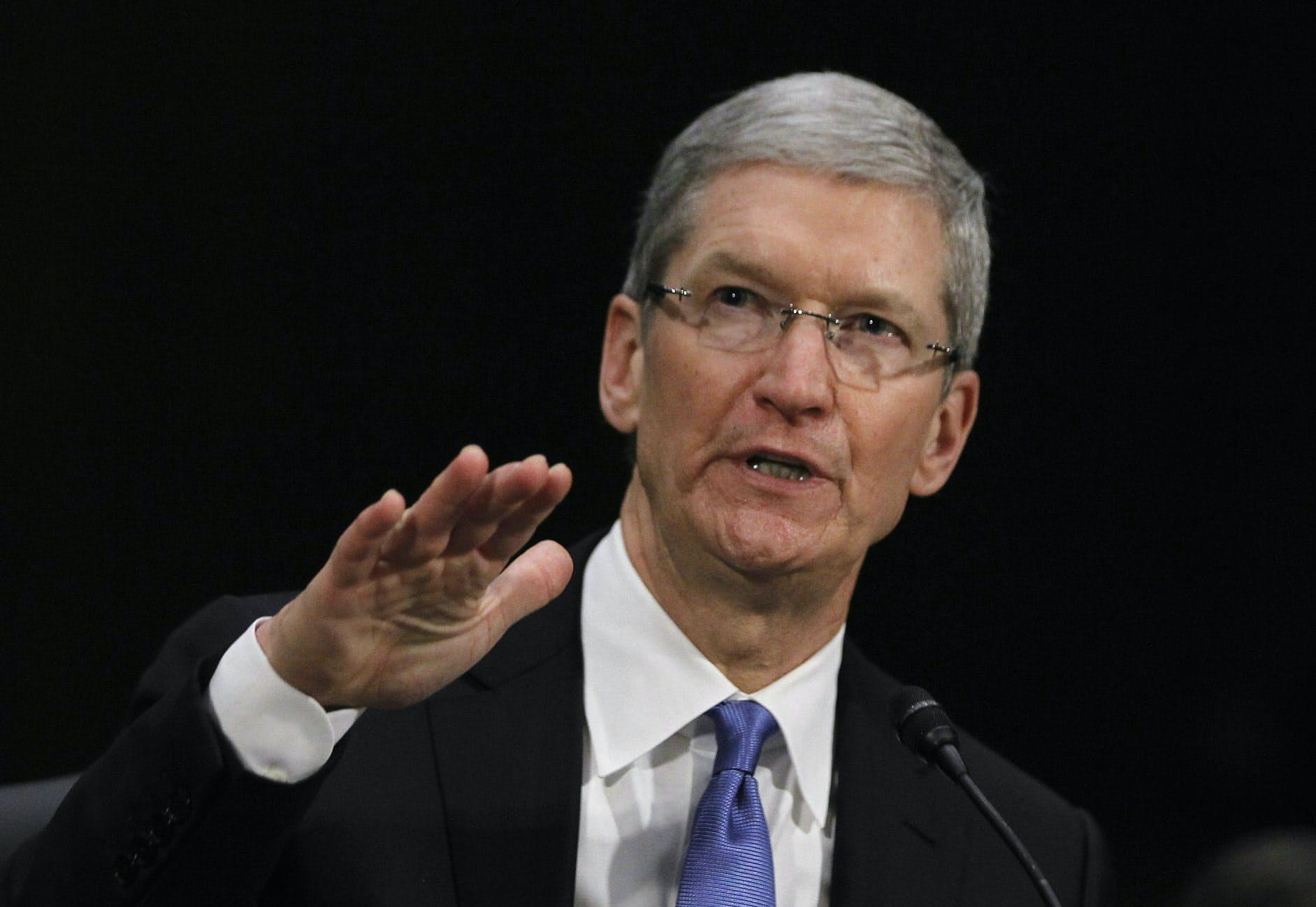 アップルのCEOであるティム・クック氏の判断が注目される=ロイター