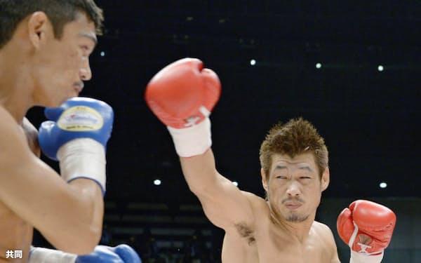 1回、ヘナロ・カマルゴ(左)を攻める長谷川穂積(12日、大田区総合体育館)=共同